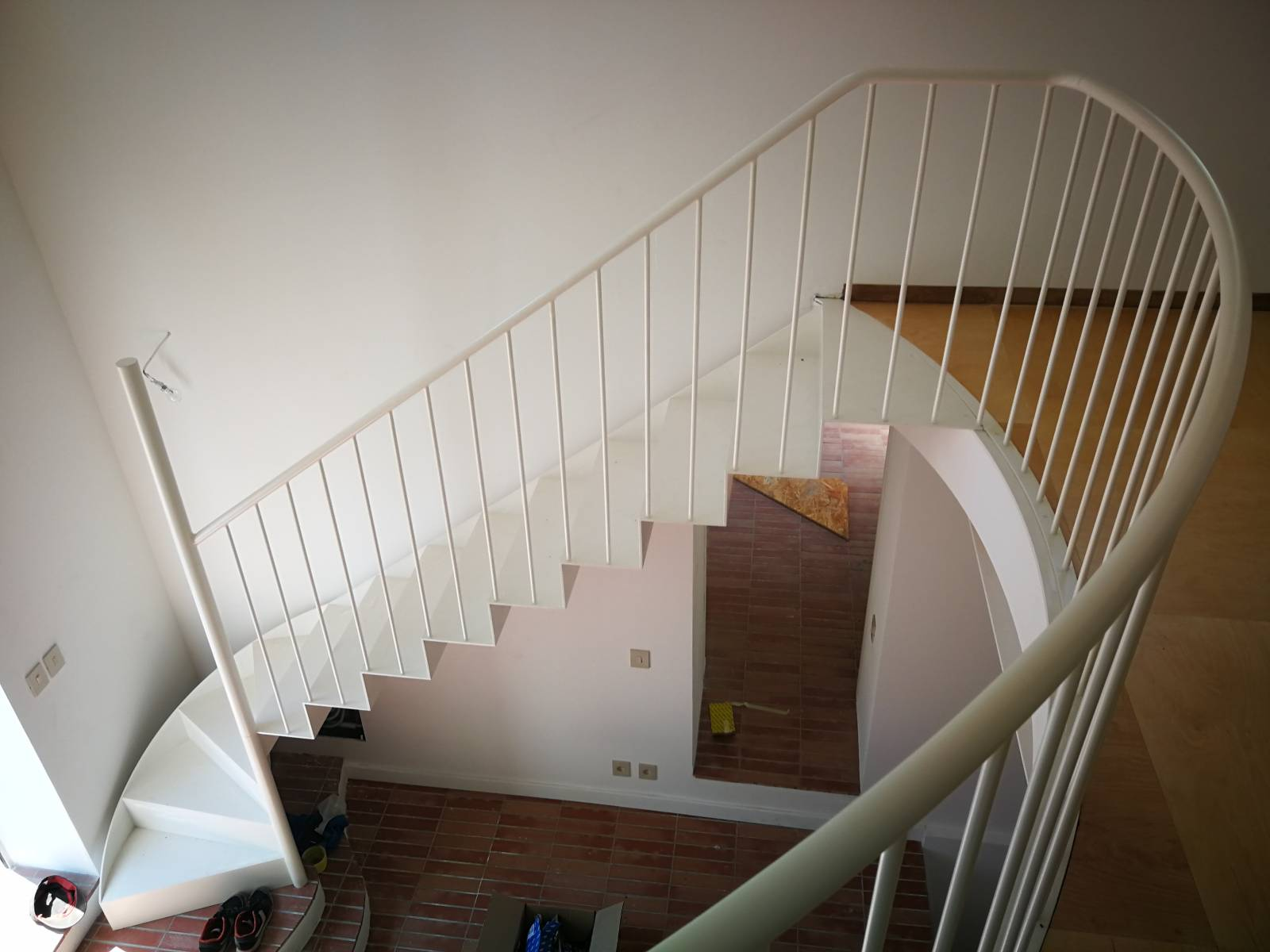 Escalier Design Moderne En Tole Acier Avec Une Rampe Et Un