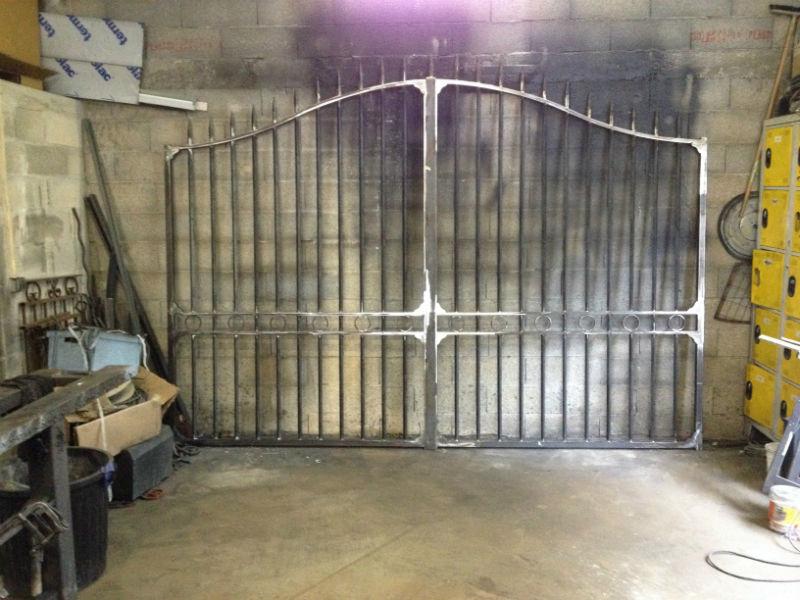 Fabrication d un portail battant a roquevaire for Photo de portail en fer plein